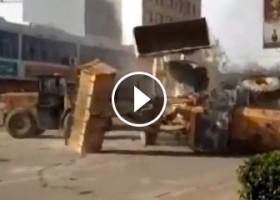 Una Battaglia fra Bulldozer in Mezzo alla Strada!