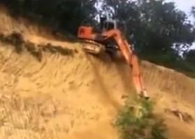 Scende con un Escavatore da un Dirupo!