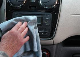"""Disinfettare gli interni dell'auto """"in casa""""."""